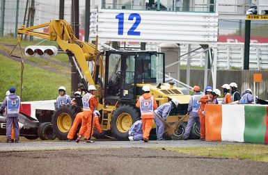 Motorsports: FIA Formula One World Championship 2014, Grand Prix of Japan,  crash of #99 Adrian Sutil (GER, Sauber F1 Team) and #17 Jules Bianchi (FRA, Marussia F1 Team),  *** Local Caption *** +++ www.hoch-zwei.net +++ copyright: HOCH ZWEI +++