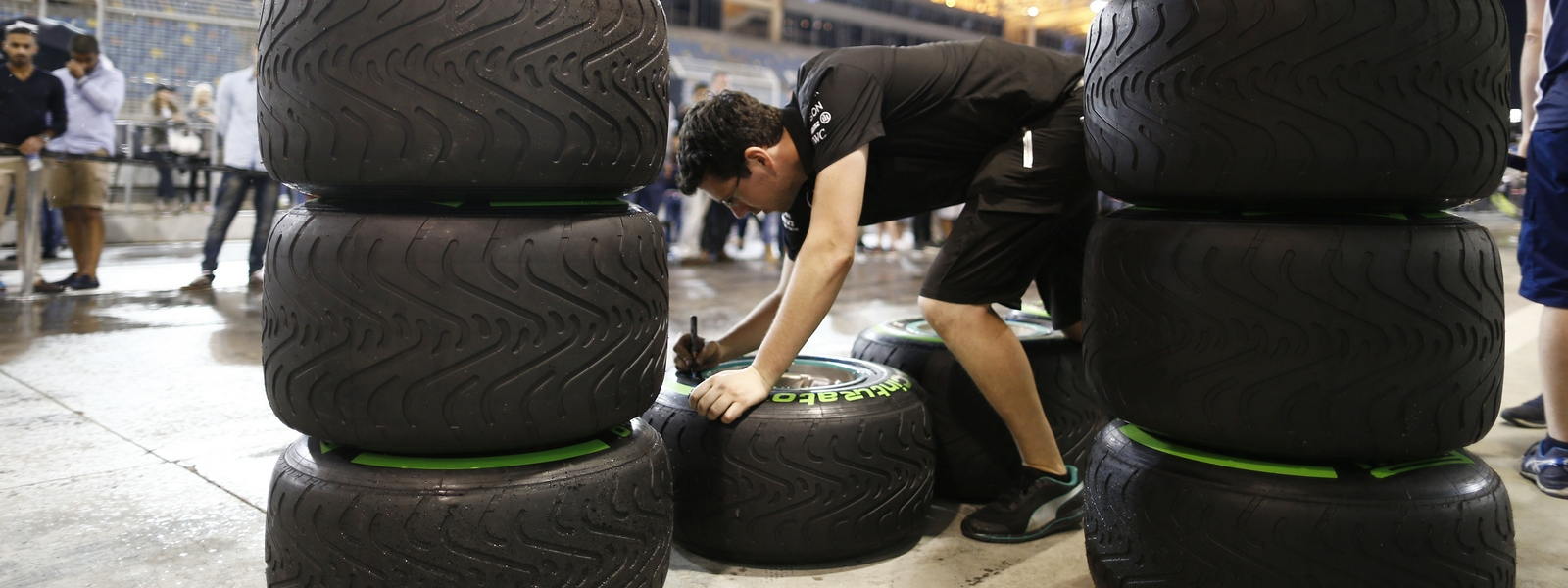 Motorsports: FIA Formula One World Championship 2016, Grand Prix of Bahrain,  Pirelli, tire, tires, tyre, tyres, wheel, wheels, Reifen, Rad, feature *** Local Caption *** +++ www.hoch-zwei.net +++ copyright: HOCH ZWEI +++