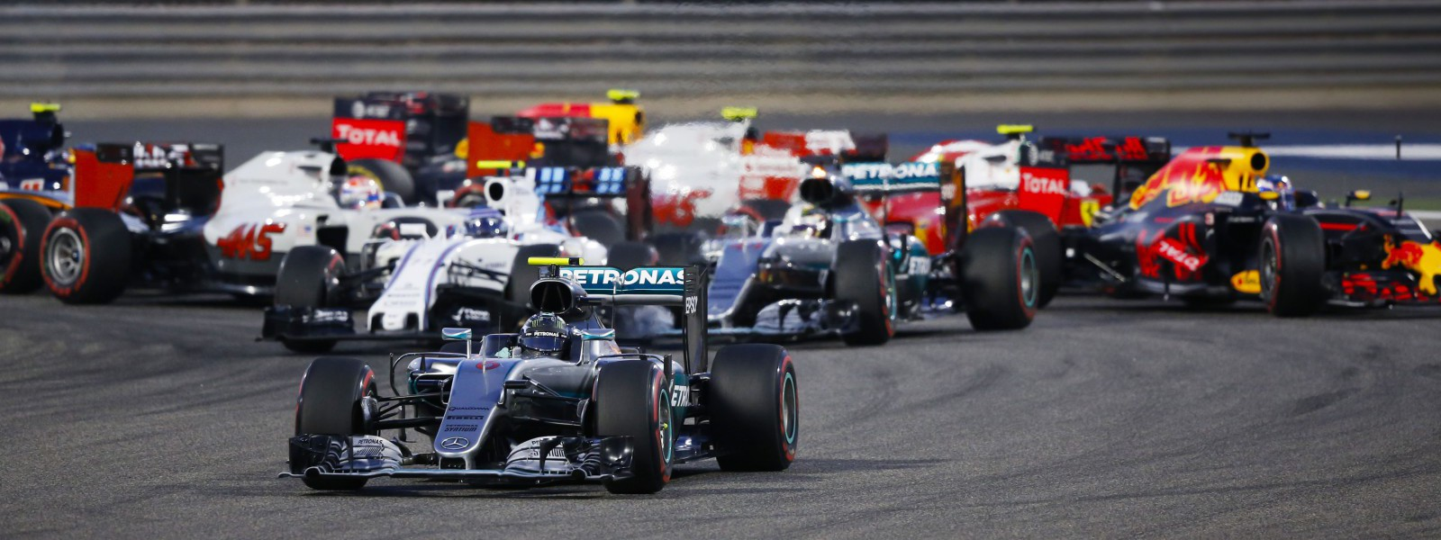 Motorsports: FIA Formula One World Championship 2016, Grand Prix of Bahrain,  #6 Nico Rosberg (GER, Mercedes AMG Petronas Formula One Team), #77 Valtteri Bottas (FIN, Williams Martini Racing), #44 Lewis Hamilton (GBR, Mercedes AMG Petronas Formula One Team),   start, mass, Masse, Menge, viele, many *** Local Caption *** +++ www.hoch-zwei.net +++ copyright: HOCH ZWEI +++