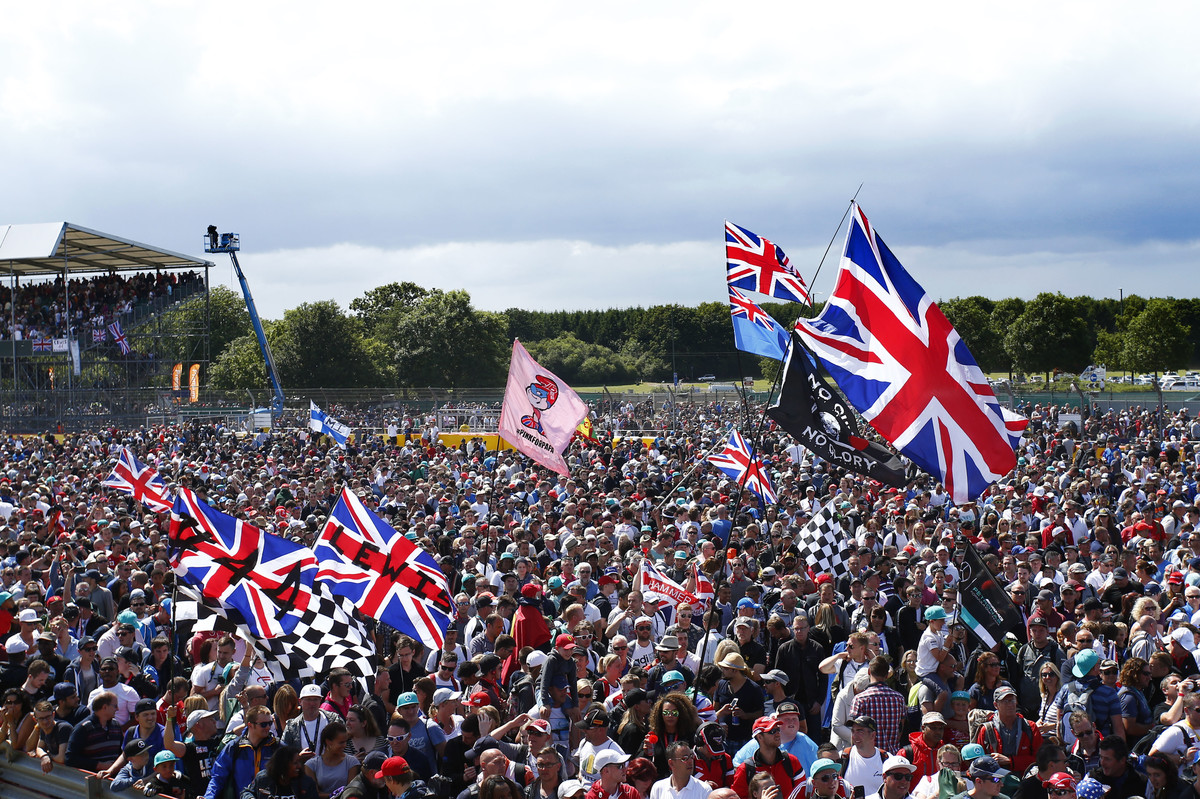 Motorsports: FIA Formula One World Championship 2015, Grand Prix of Great Britain, fans *** Local Caption *** +++ www.hoch-zwei.net +++ copyright: HOCH ZWEI +++