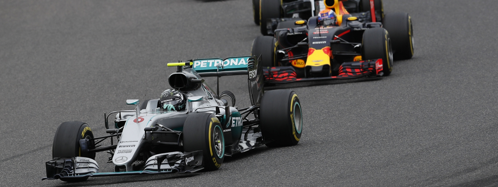 Motorsports: FIA Formula One World Championship 2016, Grand Prix of Japan,  #6 Nico Rosberg (GER, Mercedes AMG Petronas Formula One Team), #33 Max Verstappen (NLD, Red Bull Racing), #11 Sergio Perez (MEX, Sahara Force India F1 Team),  *** Local Caption *** +++ www.hoch-zwei.net +++ copyright: HOCH ZWEI +++