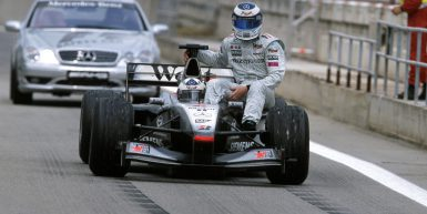 Formel 1, Grand Prix Spanien 2001, Barcelona, 29.04.2001 David Coulthard, McLaren-Mercedes MP4-16 Mika Hakkinen, nach Ausfall F1 Safety Car www.hoch-zwei.net , copyright: HOCH ZWEI / Ronco