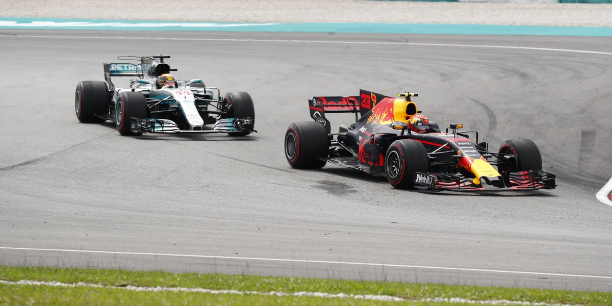 Motorsports: FIA Formula One World Championship 2017, Grand Prix of Malaysia,  #33 Max Verstappen (NLD, Red Bull Racing), #44 Lewis Hamilton (GBR, Mercedes AMG Petronas F1 Team),  *** Local Caption *** +++ www.hoch-zwei.net +++ copyright: HOCH ZWEI +++